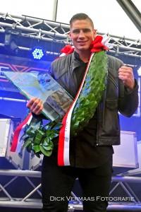 DSC_4043Rico Verhoeven op podium met krans