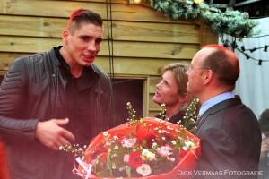 DSC_4051 Rico Verhoeven krijgt bloemen van Wethouder