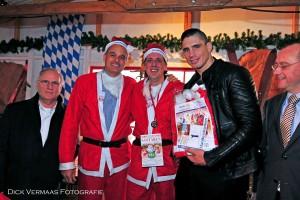 DVF_1761 Rico Verhoeven met Kerstpak NR 1 met Joris en Gerard