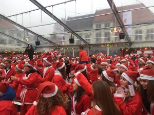 230-warming-up-santas-in-tent-ijsbaan